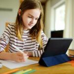 Mädchen macht Onlinekurs