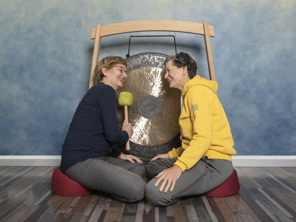 Zwei Frauen am Gong